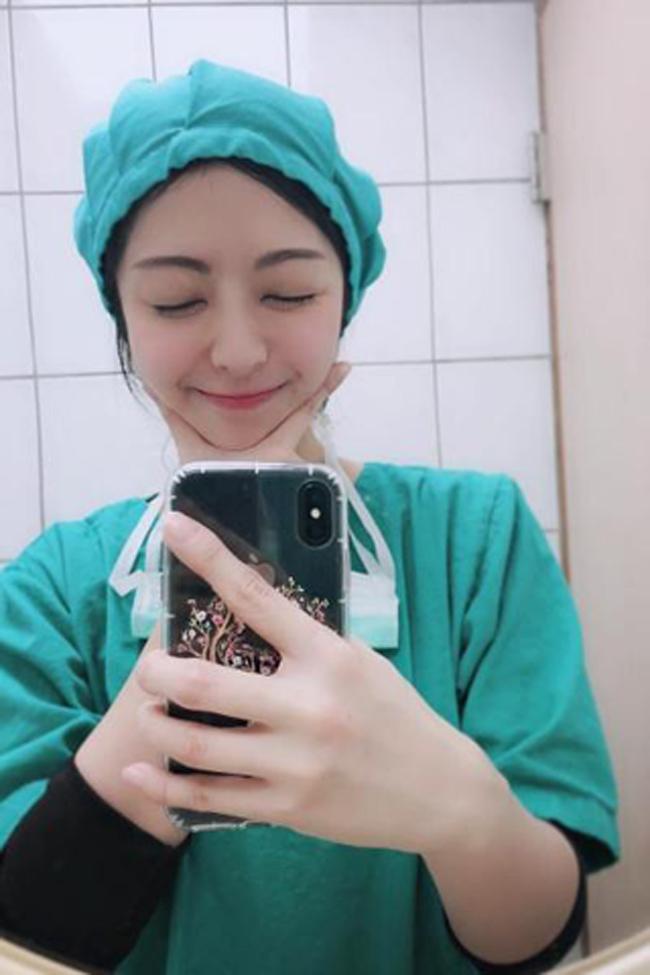 Những hình ảnh về cô y tá xinh đẹp lan tràn trên mạng xã hội khiến cánh mày râu phải xốn xang.