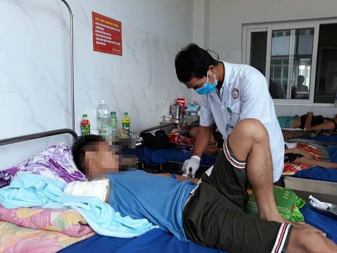 Hoại tử vì đắp lá thuốc khi bị rắn cắn, thiếu niên phải cắt cánh tay phải - 1