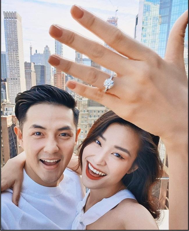 """Thông tin nữ ca sĩ Đông Nhi nhận lời cầu hôn bạn trai Ông Cao Thắng đang """"gây sốt"""" trong cộng đồng mạng. Những lời chúc mừng được gửi tới cặp đôi sau 10 năm bên nhau."""
