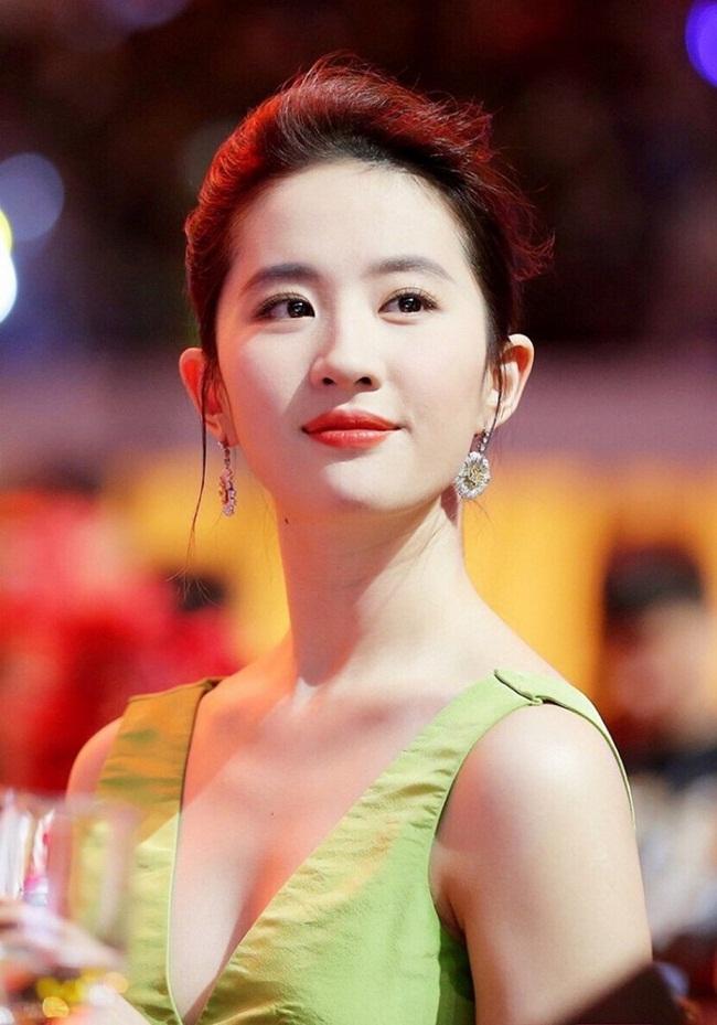 """Lưu Diệc Phi nổi tiếng khắp châu Á với vai """"thần tiên tỷ tỷ"""" Vương Ngữ Yên trong """"Thiên Long Bát Bộ"""" năm 2003. 3 năm sau, diễn viên sinh năm 1987 tiếp tục gây được tiếng vang với """"Tiểu Long Nữ"""" trong """"Thần điêu đại hiệp"""". Hai tác phẩm kiếm hiệp kinh điển của Kim Dung giúp cô xây dựng hình ảnh """"ngọc nữ"""" thanh tao thoát tục, không vướng bụi trần. Sau thời kỳ hoàng kim, vài năm trở lại đây, cô rũ bỏ hình ảnh ngọc nữ trong sáng, tự tin đóng cảnh nóng."""