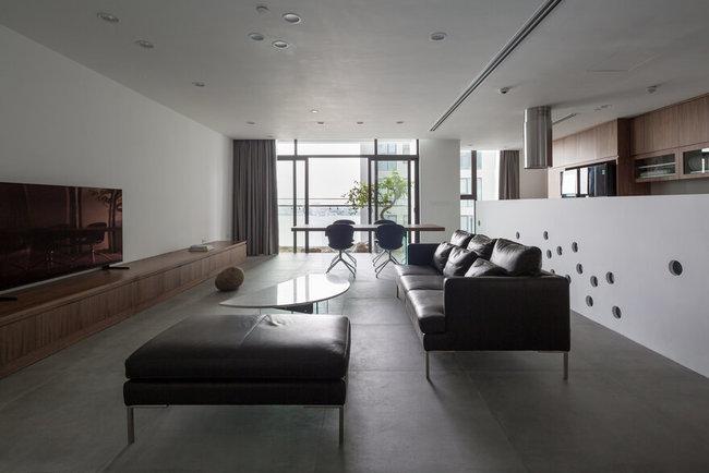 Cặp vợ chồng trẻ mua hai căn hộ với cùng diện tích là 93m2, thiết kế giống hệt nhau, nằm 2 tầng liên tiếp là 12 và 12a, trong một tòa nhà cạnh Hồ Tây. Họ đã biến 2 căn hộ tại hai tầng khác nhau thành một biệt thự 2 tầng.