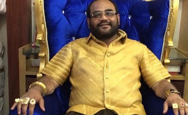 Năm 2014, doanh nhânPankaj Parakh, Ấn Độ bỏ tiền làm ra chiếc áo sơ mi từ hơn 4kg vàng.
