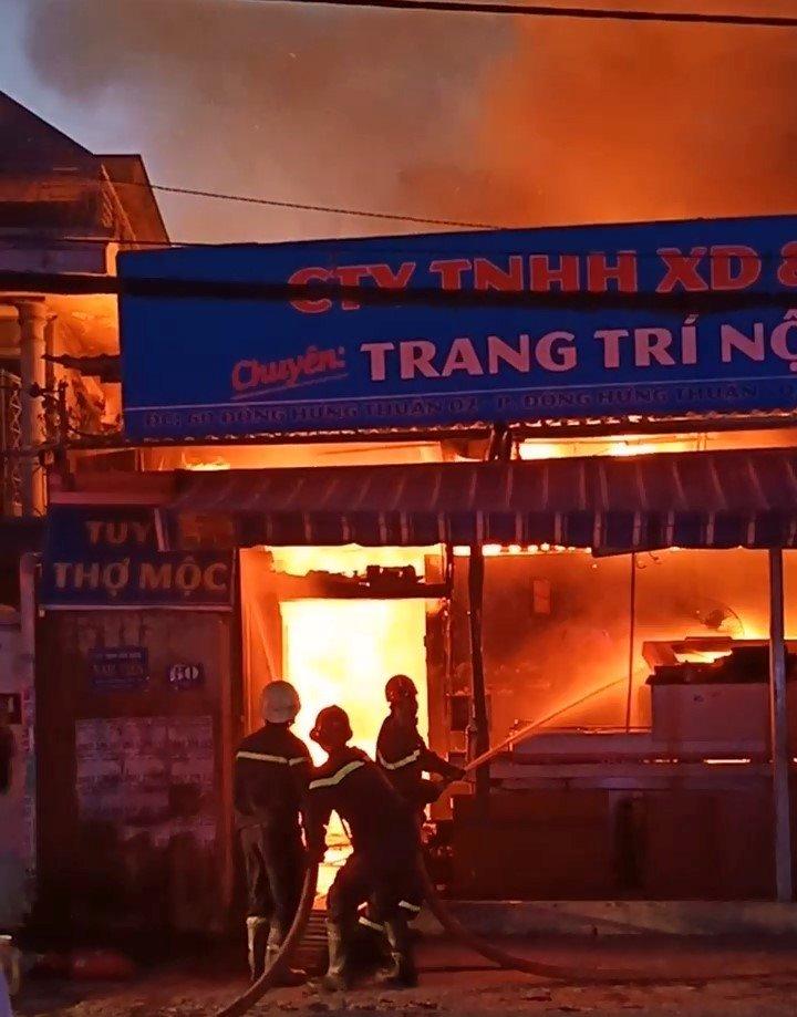 Công ty nội thất ở Sài Gòn chìm trong biển lửa, dân gào thét bỏ chạy - 1