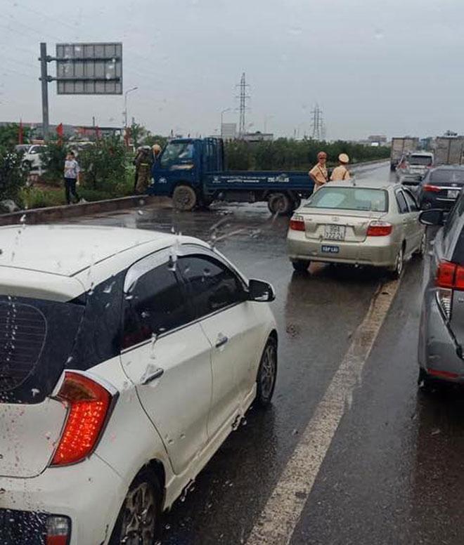 Chồng khóc ngất, ngồi ôm thi thể vợ sau va chạm giao thông trên cao tốc - 1