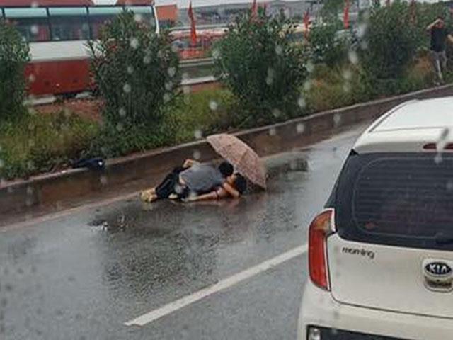 Chồng khóc ngất, ngồi ôm thi thể vợ sau va chạm giao thông trên cao tốc