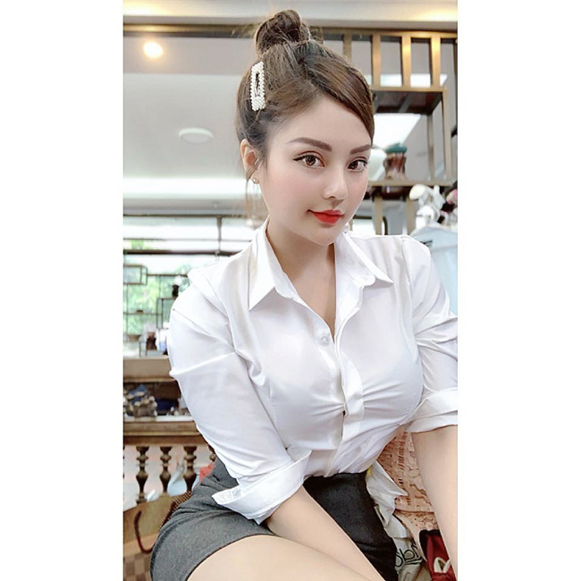 """Nguyễn Trà My (sinh năm 1995, quê Hà Tĩnh) xuất hiện trong phim """"Về nhà đi con"""" với vai nữ thư ký lẳng lơ - người khiến nam chính tên Vũ liên tục muốn tăng lương vì nhan sắc xinh đẹp."""