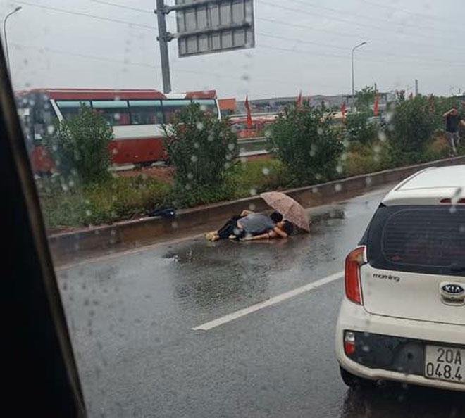 Nóng 24h qua: Đau xót hình ảnh chồng ôm thi thể vợ ngồi dưới mưa trên cao tốc - 1