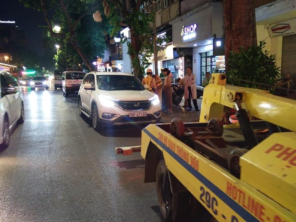 """Huy động cứu hoả """"gọi"""" người đàn ông ngủ quên trong ô tô giữa phố Hàng Bài - 1"""