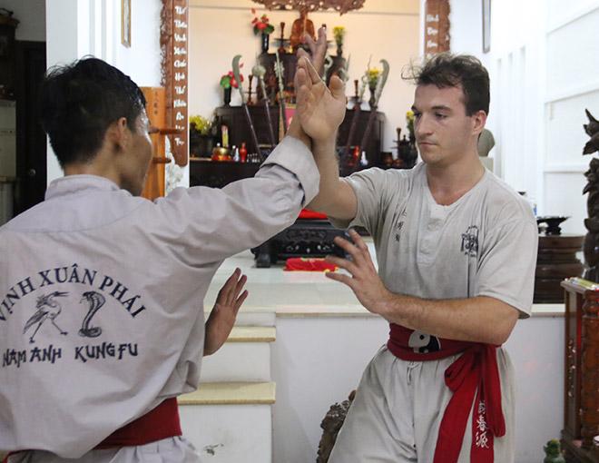"""Sư đệ Flores đấu võ sỹ Việt Nam ở Canada: Hơn 20kg """"chấp luôn"""" 2 chân - 1"""