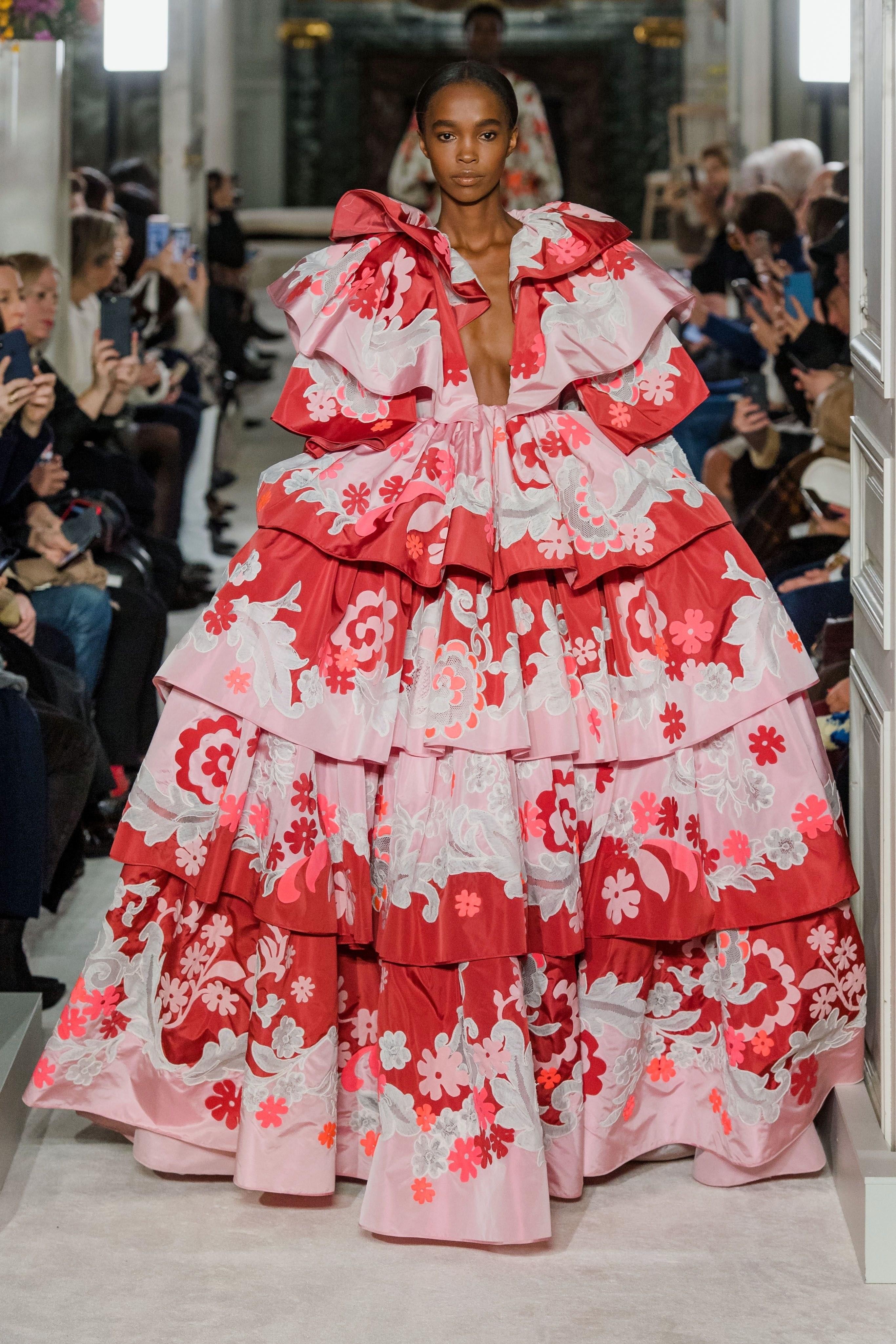 Show diễn Valentino: người mẫu diện cả cây lau nhà lên người và câu chuyện đằng sau! - 1