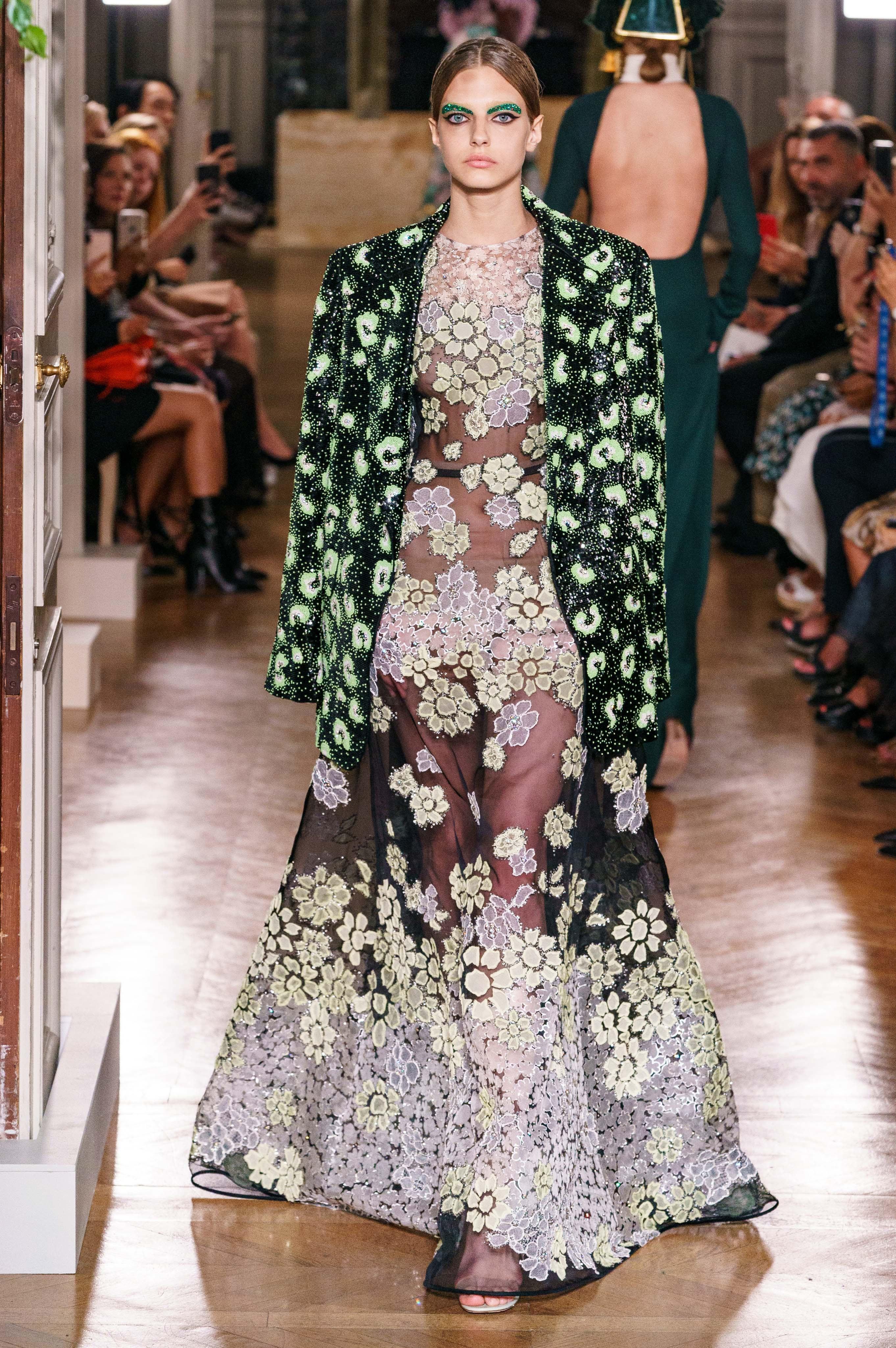 Show diễn Valentino: người mẫu diện cả cây lau nhà lên người và câu chuyện đằng sau! - 8