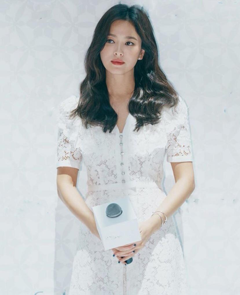 """Kiểu trang điểm """"phụ nữ độc thân quyến rũ"""" của Song Hye Kyo được khen hết lời - 1"""