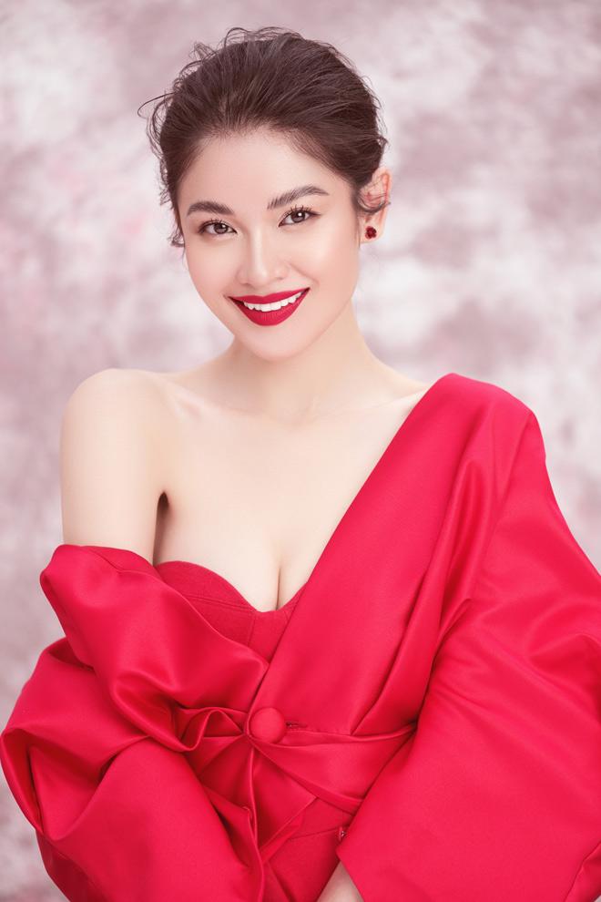 Á hậu Thùy Dung diện váy trễ vai mừng tuổi 23 - 1