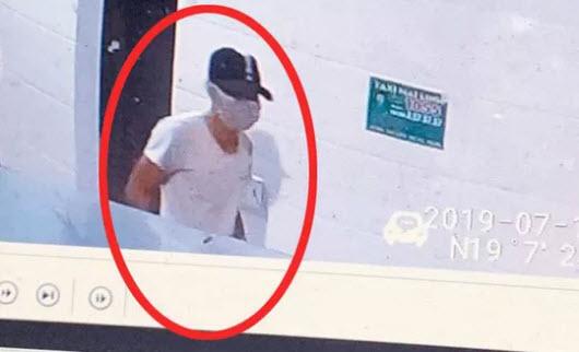 Công bố hình ảnh kẻ bịt mặt, đội mũ đâm chết nữ nhân viên bán xăng - 1