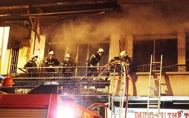 Xe chữa cháy vừa rời đi thì đám cháy ở quận 5 bùng phát lại - 1