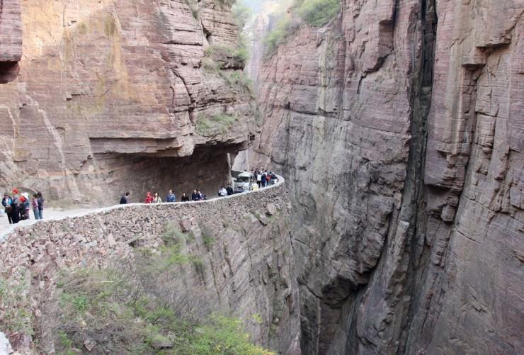 Đường hầm cheo leo ngoằn nghoèo nhất Trung Quốc - 1