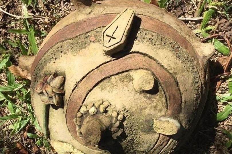 Chuyển tới nhà cổ, tái mặt khi đào được vật lạ có hình quan tài bên trên - 1
