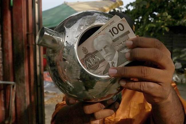 Vào bãi rác, bất ngờ tìm thấy ấm... chứa đầy tiền - 1