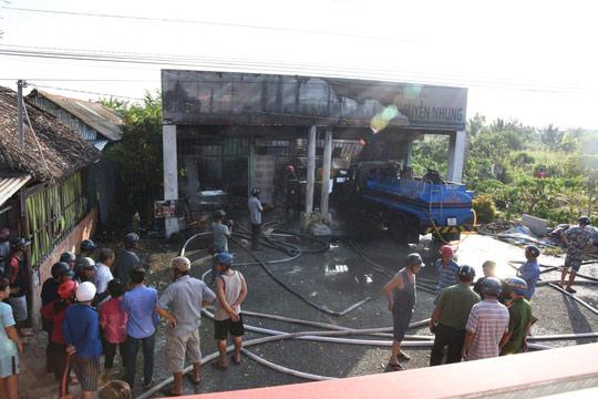 Cây xăng bất ngờ phát cháy dữ dội, 2 người bị bỏng - 1