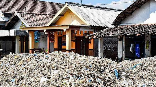 """Rác thải """"nuốt chửng"""" ngôi làng ở Indonesia - 1"""