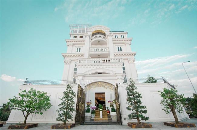 Lý Nhã Kỳ đang sinh sống tại căn biệt thự ở khu dân cư cao cấp Thảo Điền (TP.HCM). Nhìn bề ngoài, biệt thự không khác gì một tòa lâu đài.