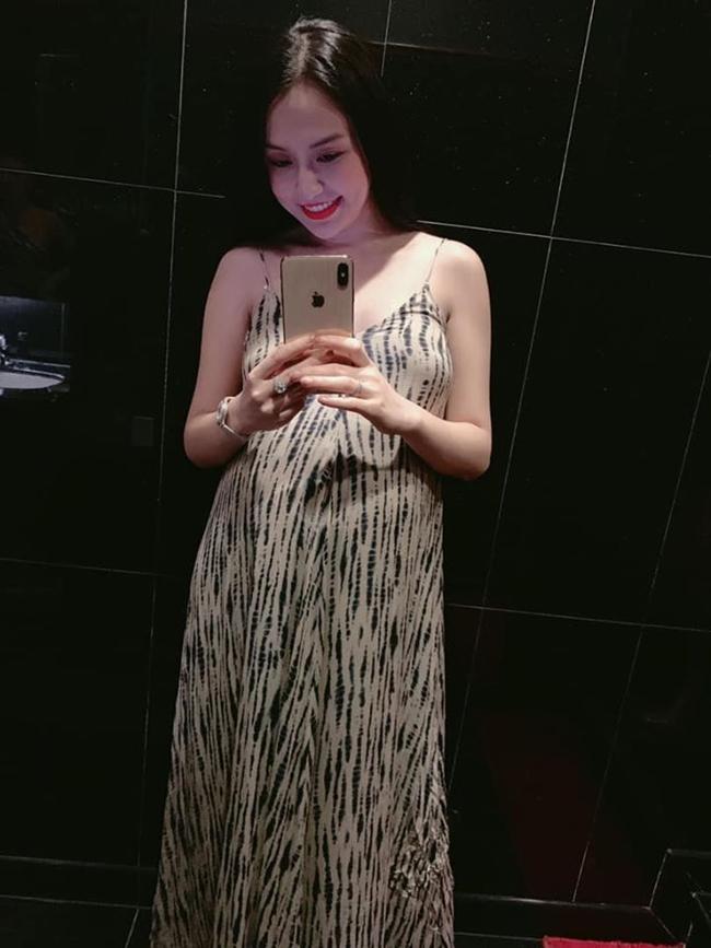 Dù mang bầu lần thứ 3 nhưng có thể thấy Thu Hương không bị tăng cân ở những vùng cơ thể như bắp tay hay mặt, cô vẫn có được phần vai nuột nà gợi cảm để phô diễn trong bất kỳ trang phục nào.