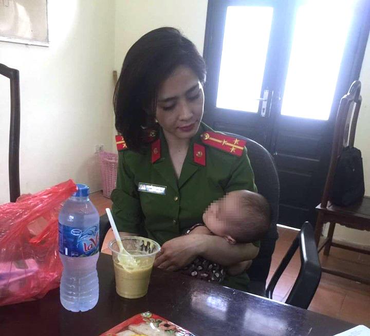 Cảnh sát kịp thời ngăn ông bố ôm con gái 7 tháng tuổi định nhảy cầu Nhật Tân - 1