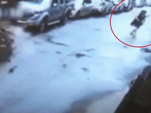 Bức tường bỗng nhiên đổ sập, người phụ nữ may mắn thoát chết trong gang tấc