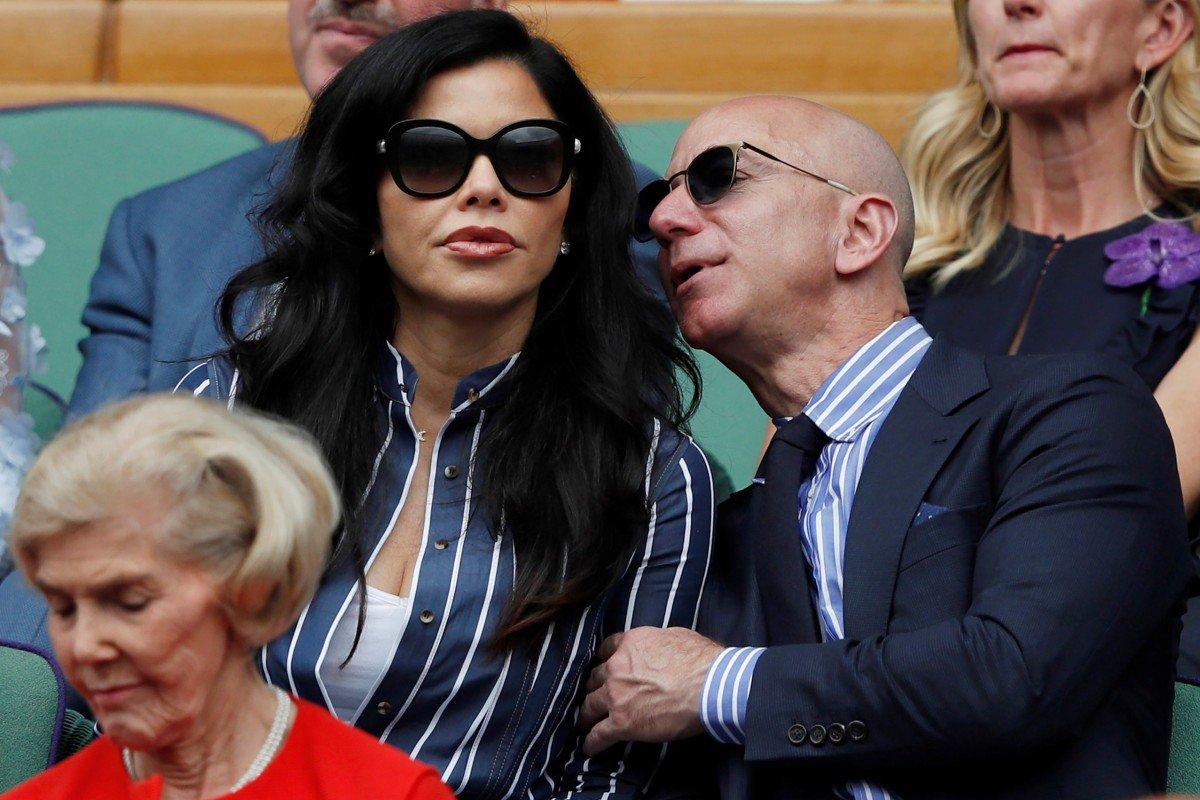 Tỷ phú giàu nhất thế giới lần đầu công khai xuất hiện cùng bạn gái - 1