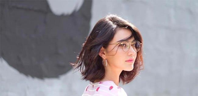 Cách mỹ nhân Thái Lan thử nghiệm nhiều kiểu tóc ngắn sẽ giúp chị em chọn lựa được kiểu phù hợp nhất với mình. Mái tóc uốn ra sau giúp khuôn mặt phóng khoáng hơn.