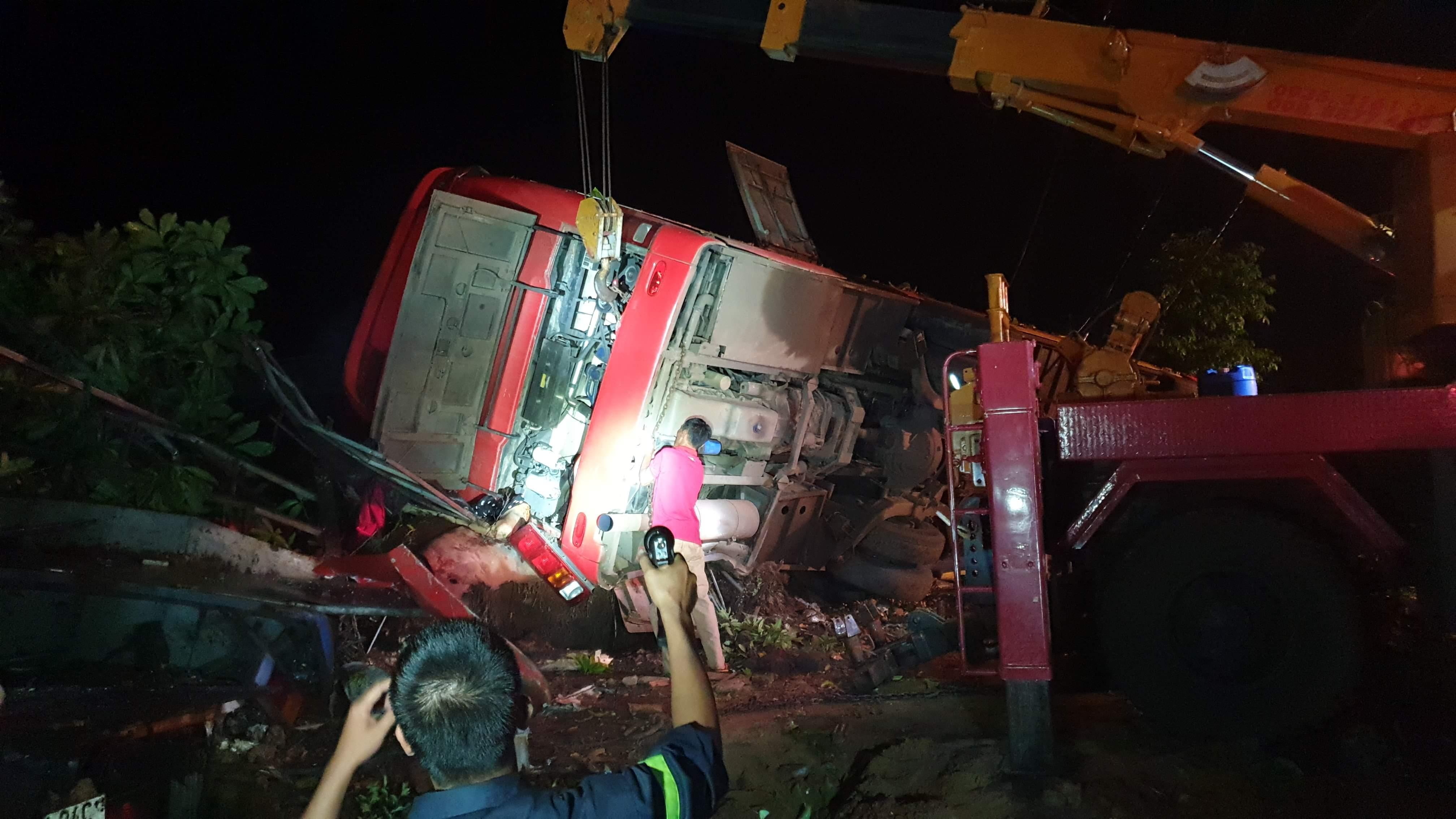 Xe khách gặp tai nạn kinh hoàng, hơn chục người thương vong - 1