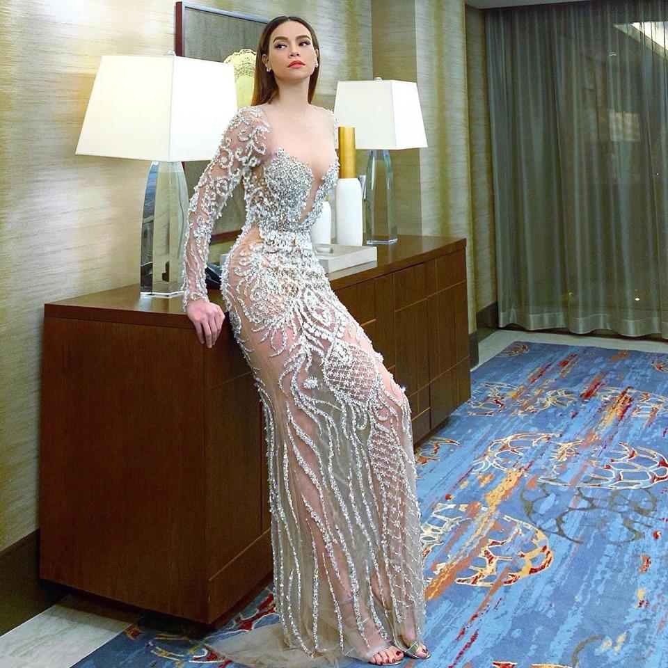 Stylist chỉ ra điểm độc đáo giúp váy xuyên thấu của Hồ Ngọc Hà an toàn dưới đèn - 1