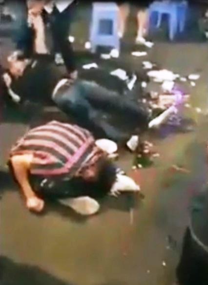 Sự thật clip 3 thanh niên co giật, sùi bọt mép trên phố đi bộ Bùi Viện - 1