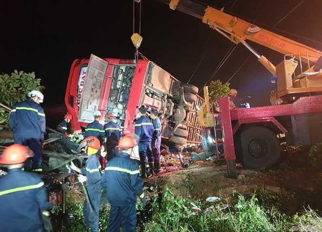Video: Hiện trường vụ lật xe khách nhiều người thương vong ở Đắk Lắk - 1