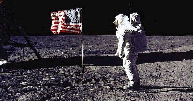 Cuộn băng gốc ghi hình chuyến bay lên Mặt Trăng của tàu Apollo 11 được bán đấu giá hơn 23 tỷ đồng - 1