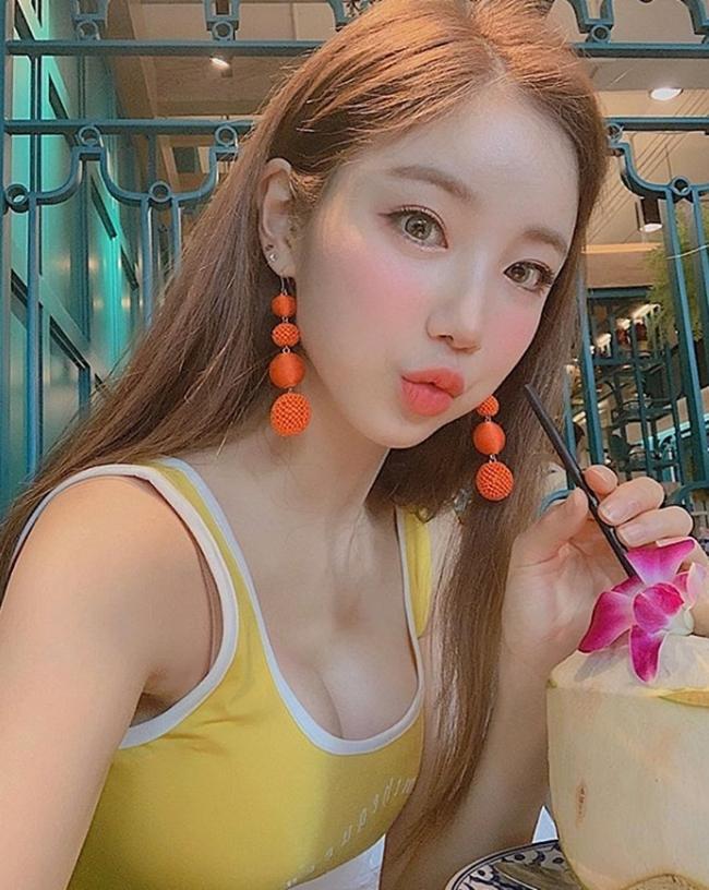 Ngoài vóc dáng ngọc ngà, một trong các yếu tố giúp tạo nên sức hút của DJ Sura còn ở làn da trắng không tì vết đúng chuẩn gái Hàn.