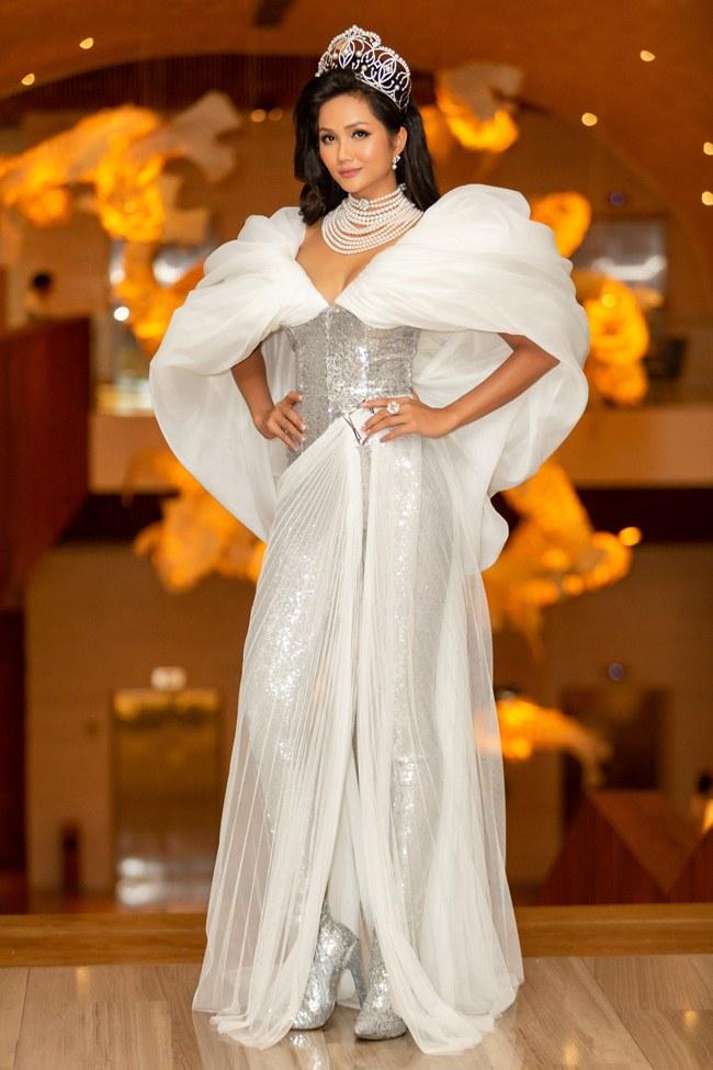 H'Hen Niê là hoa hậu duy nhất được đội vương miện 2,7 tỷ đồng tới già - 1