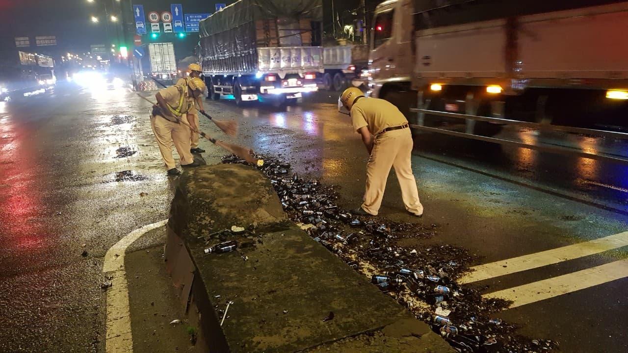 Hàng trăm chai bia vỡ vụn trên đường và hành động đẹp của CSGT - 1