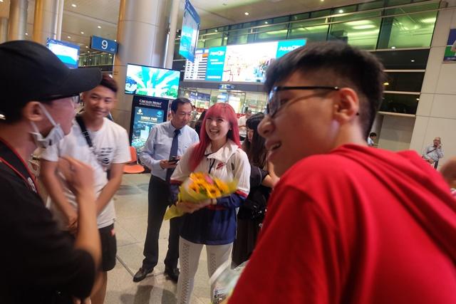 """""""Bông hồng lai"""" 10X Thái Lan hút hồn fan Việt tại sân bay - 1"""
