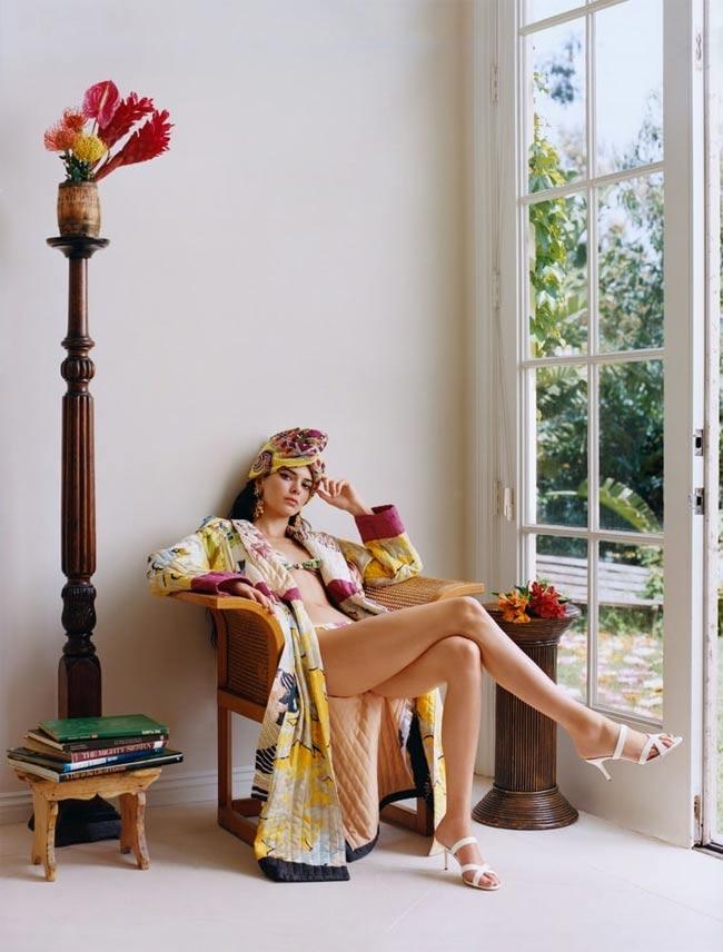 """Bên cạnh danh hiệu từng là """"Mỹ nhân có vòng 1 đẹp nhất thế giới"""" thì Kendall Jenner xứng đáng là nhận thêm danh xưng """"cô gái sở hữu đôi chân hoàn hảo nhất thế giới"""". Siêu mẫu có cặp giò triệu đô luôn khiến người ta phải trầm trồ."""