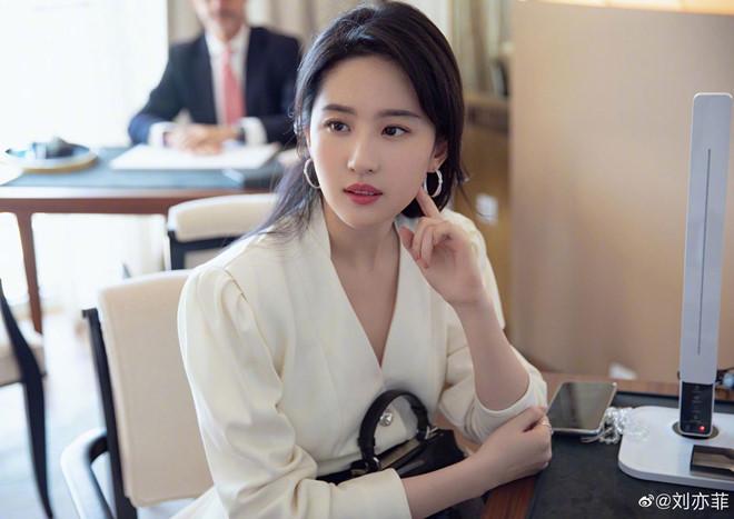"""Người đẹp nhất """"tứ đại nữ thần Trung Quốc 2019"""" da như em bé nhờ 3 điều - 3"""
