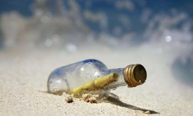 Phát hiện chiếc chai chứa bức thư 50 năm tuổi trôi dạt vào bờ biển Úc - 1