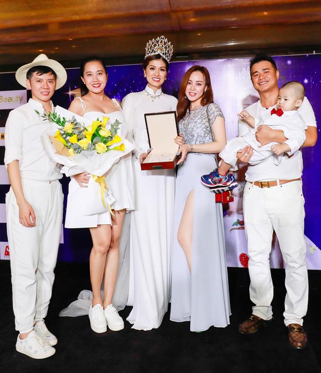 Hoa hậu quê Vũng Tàu mở tiệc trên du thuyền lớn nhất sông Sài thành - 10