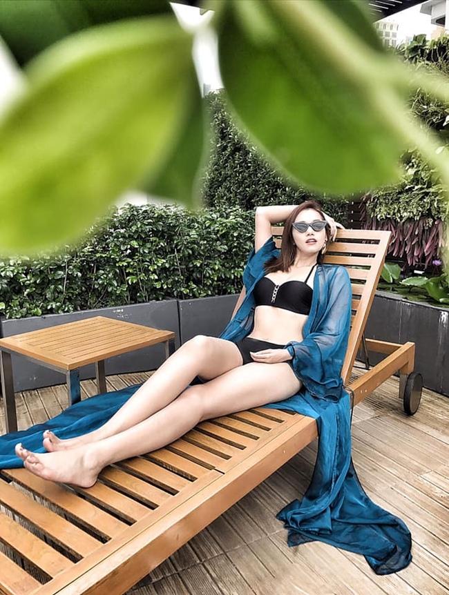 Bà mẹ một con khoe vóc dáng quyến rũ với bikini trong chuyến nghỉ dưỡng gần đây.