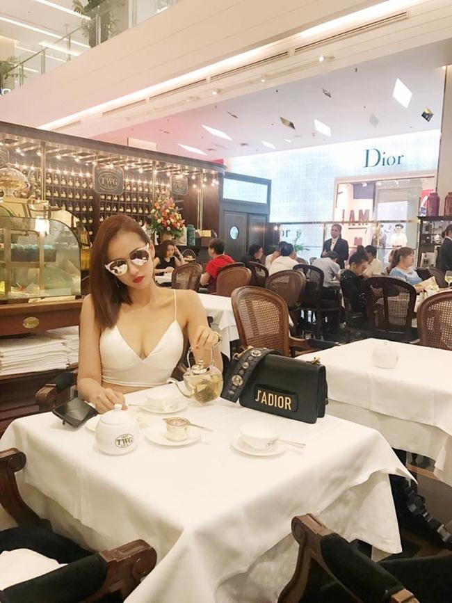 Nữ diễn viên 33 tuổi tận hưởng món ăn trong một khách sạn 5 sao sang trọng.