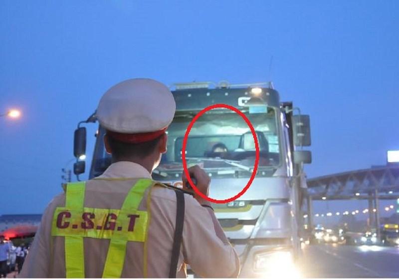 Sau nửa giờ gọi điện, tài xế vi phạm mới hợp tác với CSGT - 1