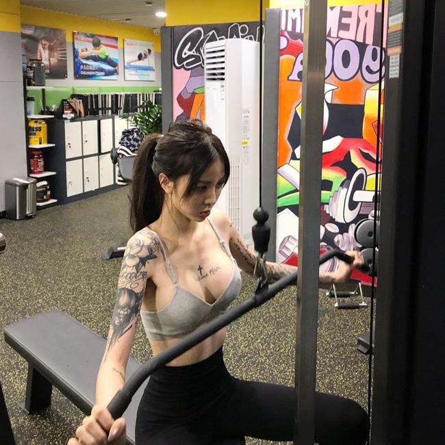 Fujiwara Kira sở hữu nhiều hình xăm trên ngực và hai cánh tay.