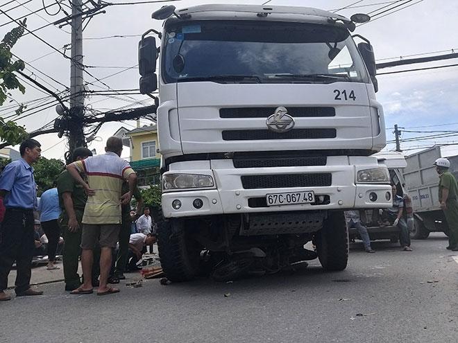 Chạy sát lề đường, cô gái tử vong sau va chạm với xe bồn - 1