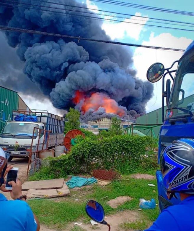 Sau tiếng nổ lớn, khói bao trùm cả 1 vùng trời thị xã Tân Uyên - 1