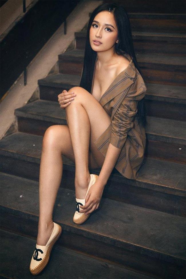 Bộ váy giả sơ mi của Mai Phương Thuý được mặc theo lối hững hờ khiêu khích.